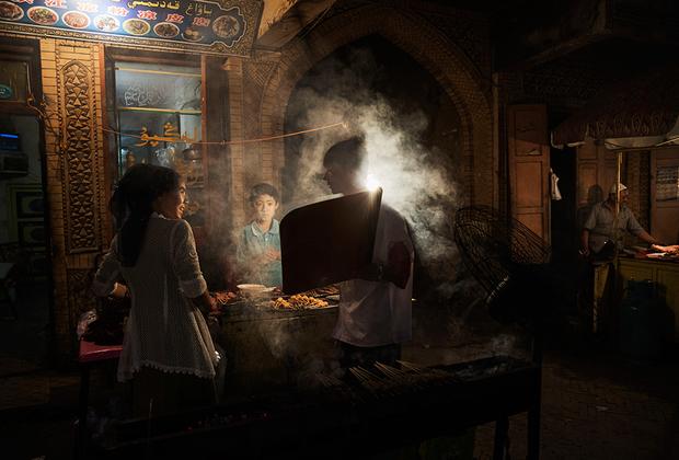 На кухне кафе с национальным меню. В силу того что Кашгар находился на пересечении торговых путей из Центральной Азии в Китай и Южную Азию, местная кухня впитала кулинарные традиции многих народов. Кухня дунган (ханьцы, исповедующие ислам) и вовсе представляет собой причудливый микс узбекской и китайской кулинарии.