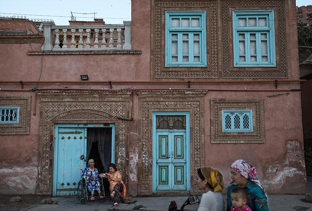 Кашгарские женщины, как и положено мусульманкам, не появляются на улице с непокрытой головой. Но ни о какой парандже или бурке речи не идет,максимум — платок. При этом кашгарки предпочитают платки и платья ярких расцветок.