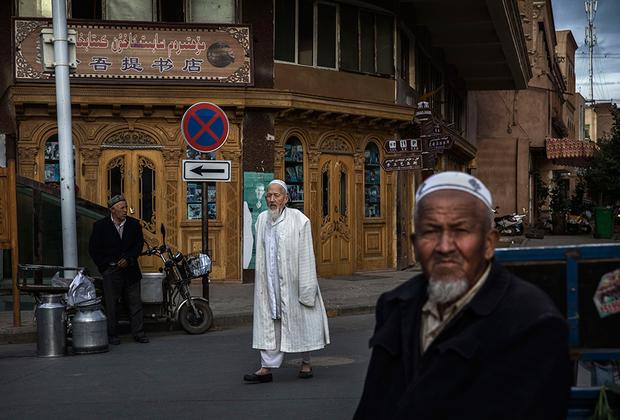 Уйгурские мужчины остаются верны национальному головному убору. Тюбетейка, как и в Средние века, позволяет понять этническую и региональную принадлежность ее владельца.