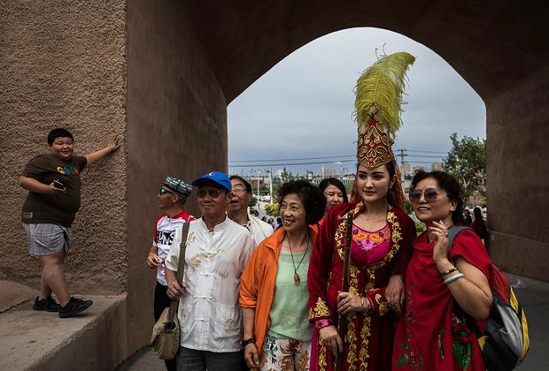 Для ханьцев весь СУАР в целом и Кашгар в частности — настоящая экзотика. Туристы из восточных провинций с удовольствием фотографируются с девушкой, одетой в праздничный уйгурский костюм. Местное население с недоверием относится к попыткам Пекина развивать регион и резко отрицательно — к миграции ханьцев. С 2010 года Кашгар — особая экономическая зона.