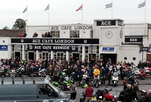 Ace Cafe в Лондоне —культовое для всех тон-ап-боев место. Именно здесь в 1950-е годы собирались кафе-рейсеры, именно здесь стартовали их уличные гонки, именно здесь сейчас проходит фестиваль Ace Cafe Reunion — главное байк-событие в Великобритании.