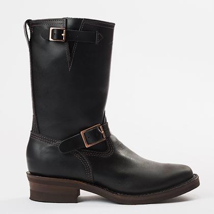 Вообще-то так называемые сапоги инженера были разработаны в 1930-е годы для кочегаров локомотивов, но быстро полюбились байкерам. Культовыми производителями стали Wesco и Chippewa, которые выпускают подобную обувь с середины XX века.