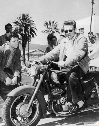 Для большинства образ Джеймса Дина неразрывно связан со спорткарами Porsche моделей 356 и 550 A Spyder, но на немецких машинах актер выступал в гонках, а по Лос-Анджелесу гонял на мотоцикле Triumph. Дин наряду с Брандо сформировали стиль американских байкеров 1950-х годов.