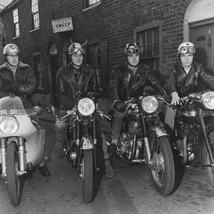 Рокеры, тон-ап бои, кафе-рейсеры —у британских мотоциклистов было много имен, но единый стиль. И модифицированные шлемы были его частью. Далеко не у всех были деньги на гибрид Triton, но и более близкие к серийным мотоциклы позволяли развивать 100 миль в час. На фото: BSA Gold Star, Royal Enfield и Triumph.