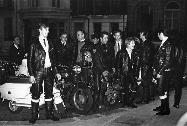 Одна из характерных черт британских мотоциклистов — длинные шелковые шарфы, которые позволяли гонять на любимом байке даже в холодные зимние дни.