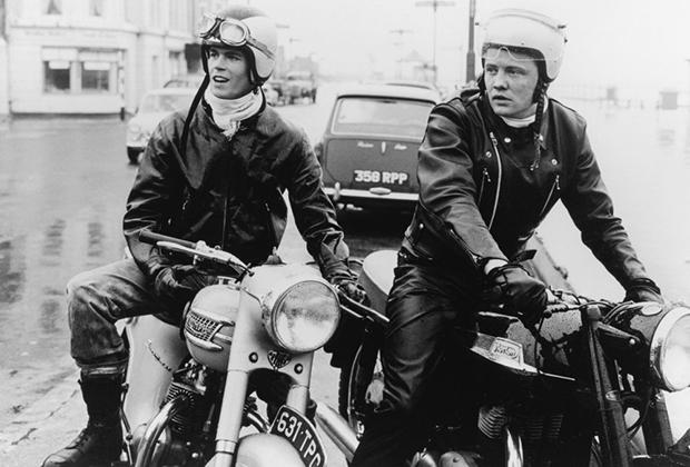 Фильм «Кожаные парни» (The Leather boys) — британская драма 1964 года, один из первых английских фильмов, снятых по голливудским лекалам. Его герои — настоящие иконы стиля рокеров начала 1960-х: шелковые шарфы, подвернутые джинсы, кожаные куртки, сапоги и перчатки.