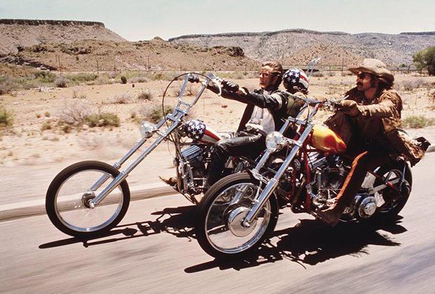 На смену фуражкам пришли непокрытые головы — некоторые штаты США до сих пор позволяют ездить без шлема. Культовый образ байкера конца 1960-х —главный герой фильма «Беспечный ездок».