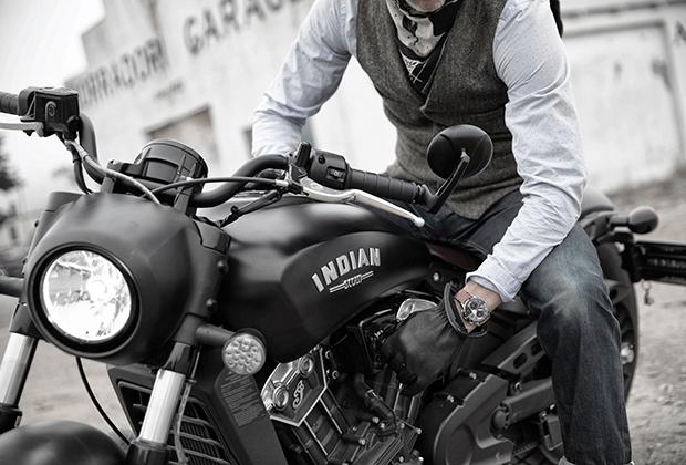 Марка Indian — одна из старейших в мире, но до золотого времени байкеров не дожила, ее ликвидировали в 1953 году. Но после возрождения в 1999 году Indian занял место на вершине мотоциклетной табели о рангах. Не удивительно, что часовой бренд Baume et Mercier уже много лет сотрудничает именно с Indian.