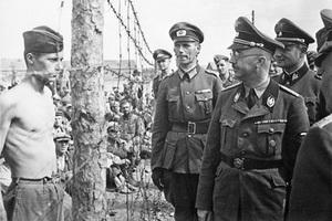 Генрих Гиммлер инспектирует лагерь военнопленных в Минске. Август 1941 года