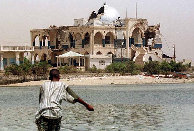 Дворец Хайле Селассие в портовом городе Массауа, что в Эритрее, выглядит сейчас так. Он серьезно пострадал во время войны между Эфиопией и Эритреей. Правительство получившей независимость Эритреи решило сохранить дворец в качестве национального монумента, напоминающего о той войне.