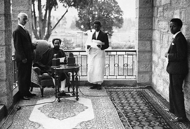 Император охотно общался с западными журналистами. На фото: Хайле Селассие принимает корреспондента Associated Press Джеймса Миллса.