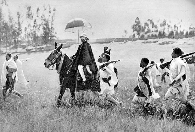 Несмотря на то что коронация Хайле Селассие состоялась лишь в 1930 году, под именем Тэфэри Мэкконын он правил страной с 1916 года в качестве регента. В 1936 году после вторжения итальянцев императору пришлось бежать из Аддис-Абебы в окружении преданных борцов сопротивления.