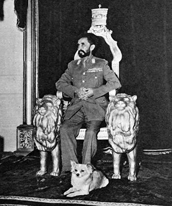 Император и его любимая собачка Лулу в тронном зале императорского дворца в Аддис-Абебе.