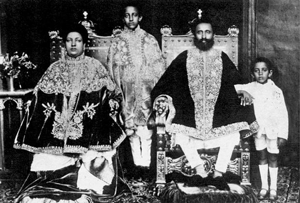 Хайле Селассие с женой и детьми в королевском дворце в столице Эфиопии.