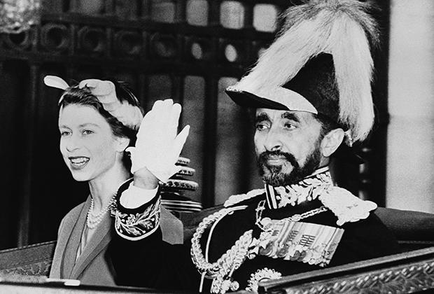 Но первой императора встречала Елизавета II.  Королева приехала ради Хайле Селассие на железнодорожный вокзал Виктория, после чего монархи проследовали до Букингемского дворца в открытом экипаже. Для визита император Эфиопии выбрал военный мундир европейского образца.