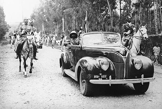 Его императорское величество в кабриолете и с эскортом кавалерии после пятилетнего изгнания возвращается в освобожденную британцами Аддис-Абебу.