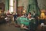 Постановочная фотография воссоздает условия последних «домашних» родов в британской монаршей семье. Это произошло 10 марта 1964 года — тогда королева Елизавета II дала жизнь принцу Эдуарду в бельгийских покоях Букингемского дворца. Из серии «Непотревоженное рождение».