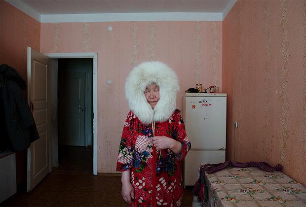 На снимке израильского фотографа Одеда Вагенштейна изображена ненка Пудани Ауди. Когда-то она кочевала по сибирской тундре со своим племенем, но сейчас уже слишком стара для этого. Последние годы жизни она проводит в арендованной квартире в одиночестве, вдали от природы и родни.