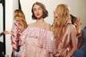 Когда тебя пригласили работать моделью на Парижской неделе высокой моды, определенно есть причины быть в отличном настроении. За кулисами показа Alexis Mabille. Мабий, в свою очередь, наслаждается переосмыслением моды 1980-х: много оборок, розового цвета и обманчивая невинность.