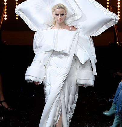По-настоящему талантливые дизайнеры могут создать вечернее платье, даже если под рукой лишь пара подушек и одеяло. Виктор Хорстинг и Рольф Снерен уже не впервые балуются подобным образом, но обвинения в самоцитировании пару никогда не смущали. В конце концов, раньше одеяло было красным, а в новом кипенно-белом постельном белье можно пойти и к алтарю.