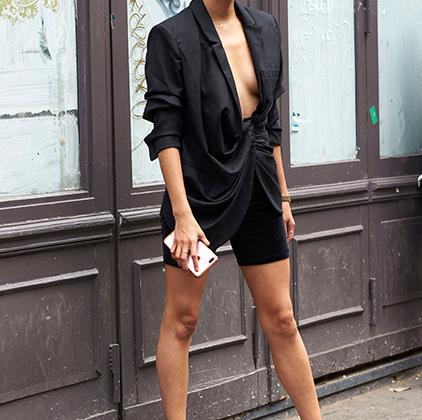 Пиджак на голое тело популярен еще со времен Ива Сен-Лорана, и конца этой популярности не видно — в отличие от бюста тех, кто рискует выйти в люди в таком провокационном наряде.