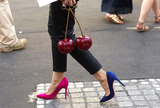 Разноцветная обувь не только стильно выглядит, но и приносит удачу —проверенно многими спортсменами. Ну, а клатч Undercover в виде вишни с ручкой-кастетом поможет отбиться от вечных парижских уличных воров.
