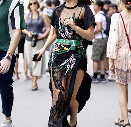 Камила Коэльо не просто очень красивая женщина, но и блогер с 14 миллионами подписчиков на различных платформах, поэтому может явиться на показ Elie Saab в том же платье, что и модели на подиуме.