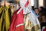 Оставшись один у руля Valentino после ухода Марии Грации Кьюри в Dior, Пьерпаоло Пиччоли развернулся на всю катушку: прически с начесом, драпировки, яркие цвета, объемные оборки, пикантные вырезы — Мария-Антуанетта бы оценила.