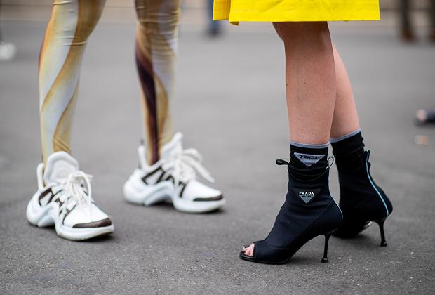 Немка Каролин Даур (справа) в повседневной жизни предпочитает кроссовки, но ради показа Schiaparelli надела каблуки Prada. Впрочем, ее примеру последовали далеко не все.
