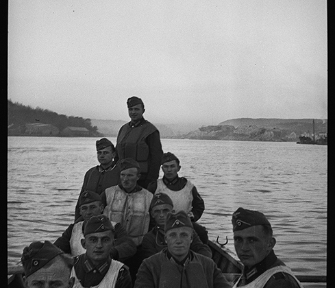Немецкие солдаты в шлюпке. Норвегия, 1940 год.