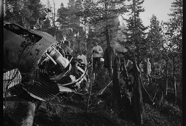 Немецкие солдаты осматривают сбитый самолет. Норвегия, 1940 год.