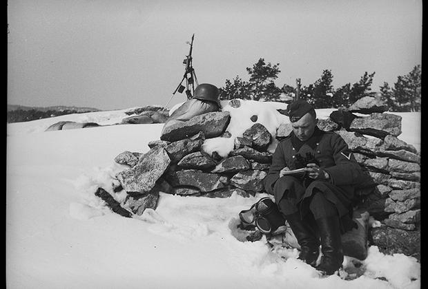Немецкий солдат пишет письмо с фронта. Норвегия, 1940 год.