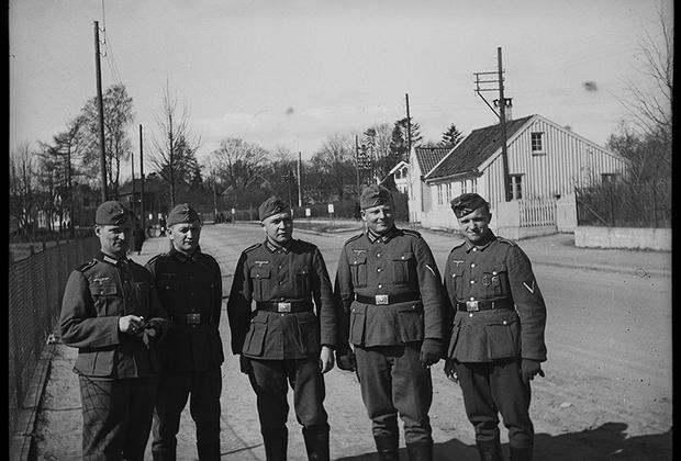 Пятеро немецких солдат на улице города. Норвегия, 1940 год.