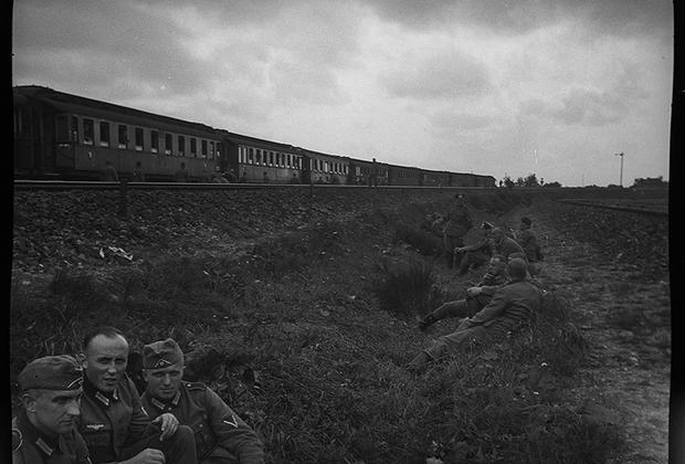 Немецкие солдаты ждут посадки на поезд. Норвегия, 1940 год.