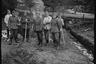 Немецкие солдаты сжигают норвежские плакаты, газеты, книги и листовки. Норвегия, 1940 год.