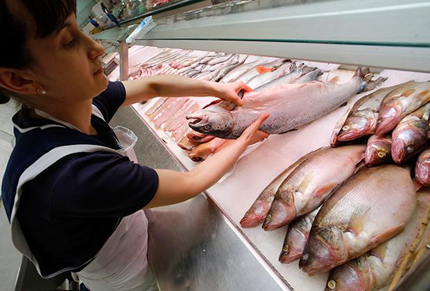 Продажа норвежского лосося на рынке в Петербурге.
