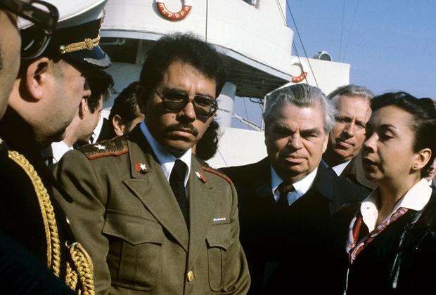 В 1984 году Ортега стал президентом Никарагуа. Однако гражданская война в стране еще продолжалась. Ситуация ухудшилась, когда с началом перестройки в СССР сандинистов перестала поддерживать Москва. В 1988 году гражданская война завершилась, а спустя еще два года СНФО на всеобщих выборах проиграл Национальному союзу оппозиции, в который входили как консерваторы, так и коммунисты. Ортега покинул президентский пост, чтобы вернуться спустя 17 лет.