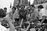 Оказавшись на передовой Сандинистской революции, Ортега в 1979 году участвовал в свержении Сомосы и стал одним из руководителей в правительстве Национального освобождения. Однако после революции мир в стране не воцарился: борьбу против сандинистов начали антикоммунистические формирования контрас, которых поддерживали США. Разразилась гражданская война, в ходе которой СНФО при поддержке СССР и Кубы пытался очистить страну от прозападных повстанцев.