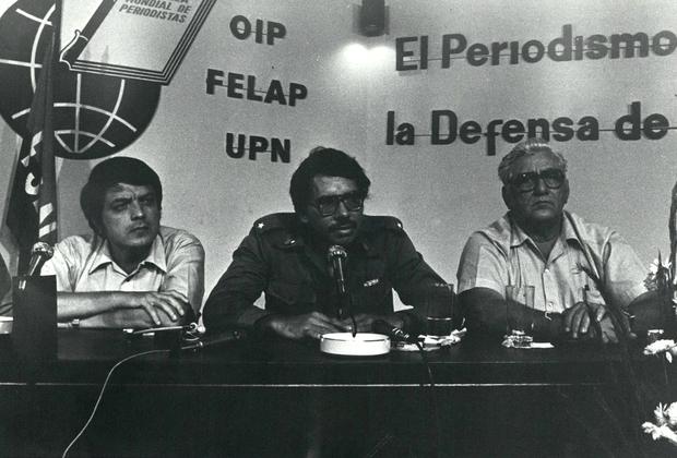 Родившийся в небольшом никарагуанском городке Хосе Даниэль Ортега Сааведра впервые был арестован и отправлен в тюрьму за революционную деятельность в 15 лет. Это не только не уняло пыл молодого никарагуанца, но напротив — воодушевило его. Спустя пять лет он вошел в состав Национального руководства Сандинистского фронта национального освобождения (СНФО) — политической партии, основанной в 1961 году и названной в честь лидера национально-освободительного движения Никарагуа начала XX века Аугусто Сесара Сандино. Ультралевые сандинисты боролись за свержение режима Анастасио Сомосы, предки которого убили Сандино и пришли к власти в 1937 году.