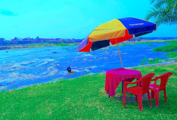 Еще один снимок из фотопроекта Синзо Аанзы. На снимке — образ вечной реки Конго, выступающей декорацией для изменений в обществе и индустрии, но при этом остающейся символом силы и мечты.