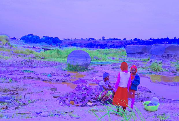 В проекте уроженца одной из африканских республик Синзо Аанзы представлена инсталляция из каменной скульптуры и фотографий. Художник предлагает зрителям посмотреть на эфемерные образы, которые, по его мнению, могут подтолкнуть к размышлению о ценностях в жизни каждого.