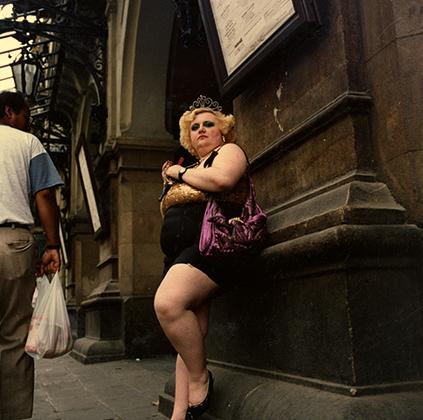С разницей в 20 лет фотографы Джейн Эвелин Этвуд и Жоан Колом запечатлели пульсирующую жизнь двух легендарных, но неоднозначно воспринимаемых районов Парижа и Барселоны. Пигаль в конце 1970‑х и Баррио-Чино в 1990-2000-х были бьющимися сердцами европейских городов, одновременно являющихся центрами туризма и проституции.