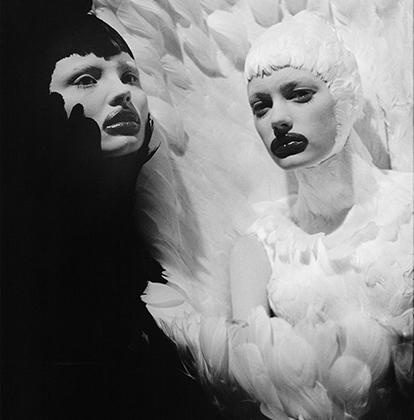 Энн Рей встретилась с Ли Маккуином в 1996 году, когда он стал художественным директором дома моды Givenchy. Более 13 лет, до самой смерти кутюрье, он позволял Рэй фотографировать практически все: подготовку к показам, выходы на дорожку, закулисье. Результатом крепкой дружбы стали 35 тысяч фотографий.