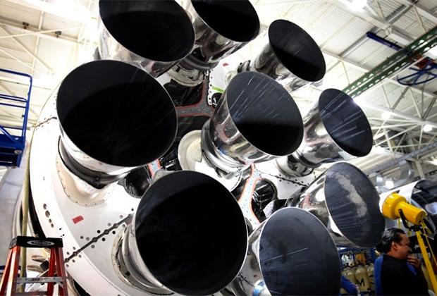 Девять двигателей Merlin 1D+ первой ступени тяжелой ракеты Falcon 9