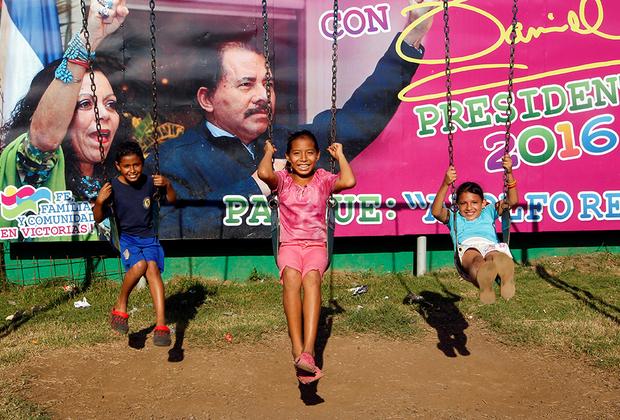 Жители Манагуа — столицы страны — начали возводить баррикады, чтобы защититься от правительственных и проправительственных отрядов.  <br><br>  16 июня бойцы из проправительственных отрядов сожгли заживо в собственном доме семью Валаскез из шести человек, включая двухлетнюю Дарьелис и новорожденного Матиаса. Как сообщили очевидцы, утром в квартал, где жили Валаскез, приехали 50 человек в черных масках. Их задачей было зачистить район от протестующих, а балкон дома Валаскез должен был стать снайперским гнездом. Глава семьи отказался помогать убийцам, за что поплатилась вся семья. По словам соседей, когда дом с людьми охватило пламя, бойцы не подпускали к нему тех, кто хотел помочь сгорающим заживо, просто отстреливали на пути к зданию. «Когда все сгорело, они наконец ушли, но все уже были мертвы», — рассказала соседка.