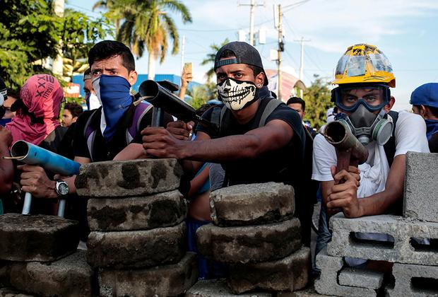Как отмечает Foreigh Policy, наиболее вероятный вариант развития событий повторит тот, что произошел в Венесуэле, где Николасу Мадуро удалось заручиться поддержкой военных и достаточно долго затягивать переговоры с демонстрантами, а затем провести досрочные выборы, победа в которых еще более усилила его власть.  <br><br>  Оппозиция Никарагуа пока не в состоянии объединиться, а протестующие потеряли надежду на то, что власти их услышат, и готовы решать проблемы с оружием в руках. Объединяет их лишь одно желание: Ортега должен уйти с поста. В то же время международные организации за два месяца не приняли никаких активных мер, лишь осуждая происходящее. Поэтому одним из самых возможных сценариев остается худший: эскалация конфликта и скатывание страны в новую гражданскую войну.