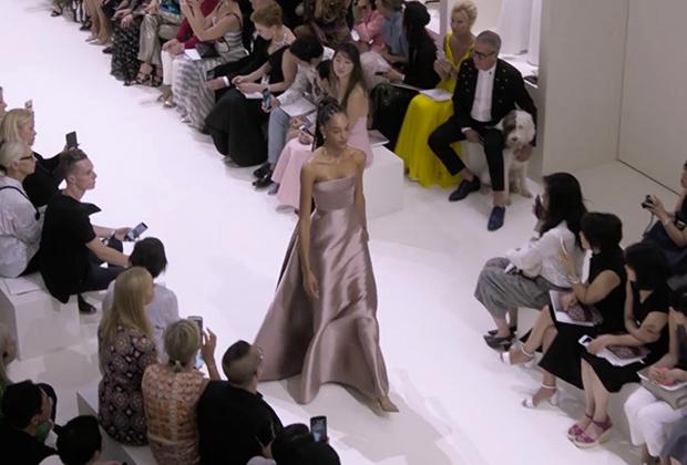 Модель с дредами закрывает показ Dior на Неделе высокой моды в Париже (2018)