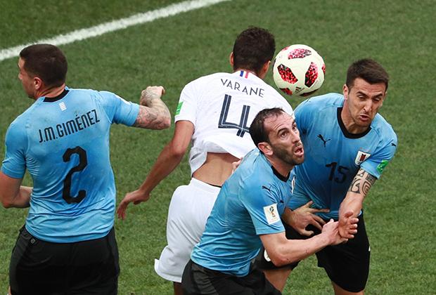 Слева направо: Хосе Хименес (Уругвай), Рафаэль Варан (Франция), Диего Годин (Уругвай) и Матиас Весино (Уругвай) в матче 1/4 финала чемпионата мира по футболу между сборными Уругвая и Франции.
