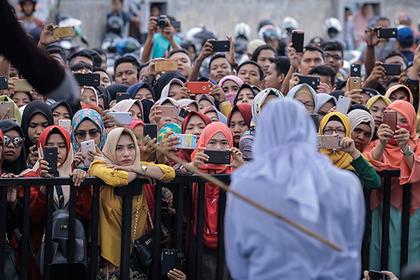 Обвиненных в проституции прилюдно перевоспитали палками в Индонезии