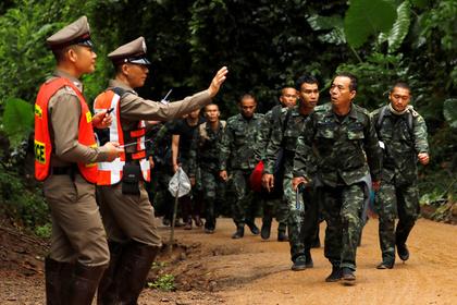 В Таиланде начали выводить детей из затопленной пещеры